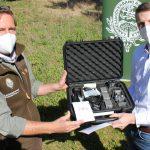 Medialine COO Stefan Hörhammer übergibt Landesjagdschulleiter Christoph Hildebrandt die Drohne zur Kirzrettung